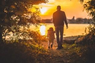 der mann und sein kind auf der suche nach frieden