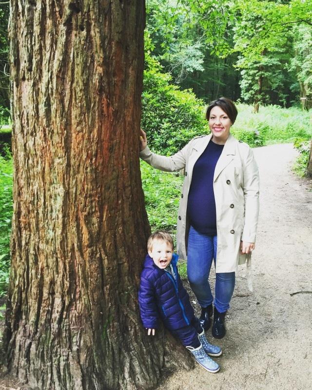 Waldspaziergang, unterwegs mit Kindern, Mama, Mutter und Sohn