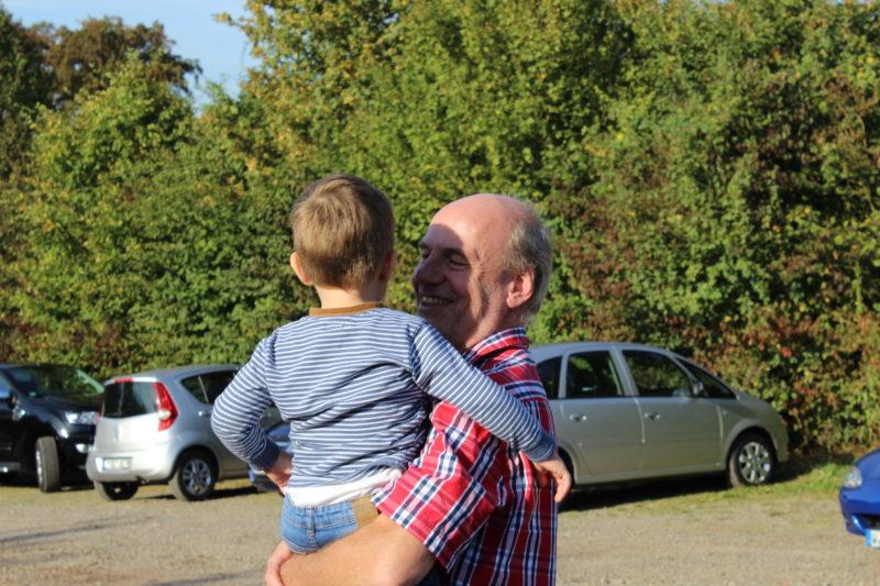 opa und enkelkind, ausflug mit der Familie, Nayertalsperre, Spaziergang, unterwegs mit Kindern.