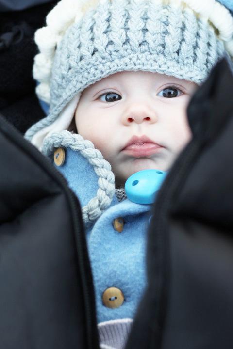 Fa,ilie, unterwegs mit Baby, Kleinkind im Kinderwagen, Winter unterwegs Fußsack