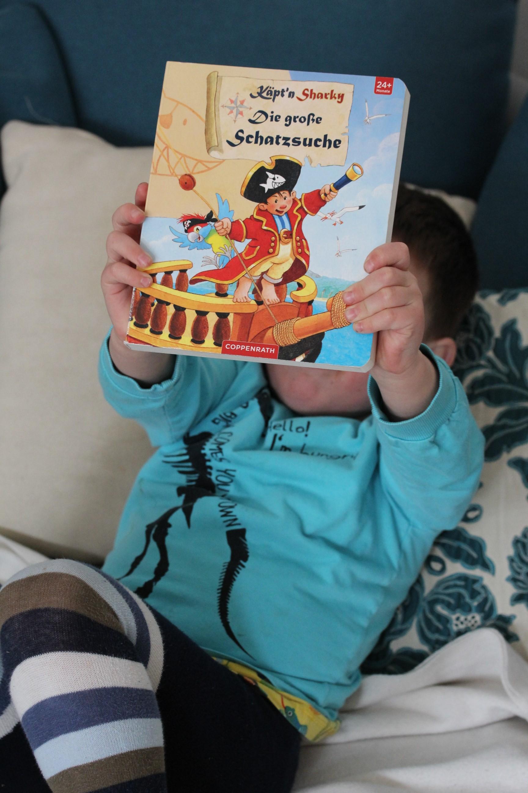 Familienalltag mit zwei Kids und einem Lieblingsbuch.